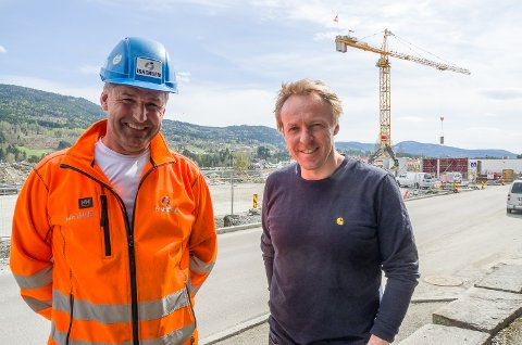 I RUTE: Ole Terje Letmolie (t.v.) og Reier Andre Sønju ved byggeplassen på den tidligere busstomta i Vikersund sentrum.
