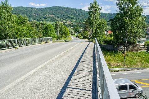 VIL FORTSETTE: Planene om gangvei langs Badeveien i Vikersund har hittil stoppet her, ved brua over rv. 35. Nå vil formannskapet i Modum fortsette helt til Vikersund, uten at Statens vegvesen har bestemt seg om avkjøring til Badeveien.
