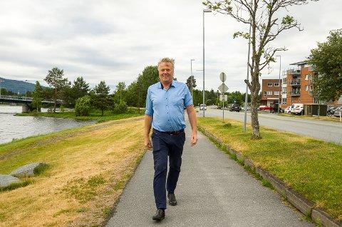 BRYGGE: Jon Hovland gå på det han i framtiden håper kan være Vikersunds bryggeanlegg mot Tyrifjorden.