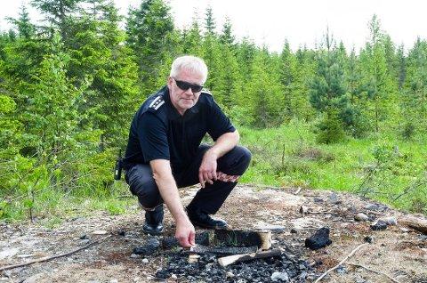 IKKE LOV: Dette bålet er heldigvis rester etter vinteren, konstaterer brannsjef Per Einar Elvigen i Modum brannvesen.
