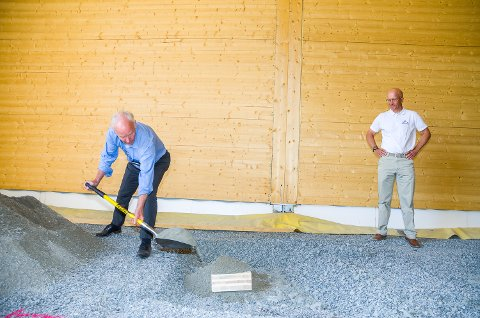 GRAVD NED: Per Olaf Lundteigen (Sp – t.v.) sørger for å grave ned grunnsteinen for Splitkons nye fabrikk i Åmot. Daglig leder Morten Leander Johansen følger med.