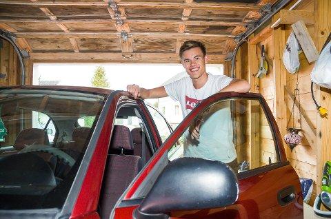 FERSK BILIST: Viljar Røysi har hatt førerkortet i to uker, og for tiden er bilen minst like viktig som Idol-deltakelsen.