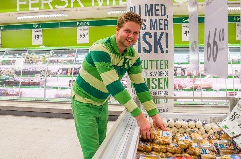 KAN DET FRISTE MED FISK? Lennart Lindberg viser til fiskedisken, da hyllene bak han er tomme for kylling.