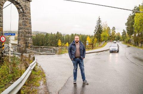 SKEPTISK: Trafikklærer Dag Kristian Moen Hæhre er skeptisk til den nye løsningen ved Geithus bru. – Jeg frykter det kommer en smell eller to her, før det etter hvert går seg til, sier han.