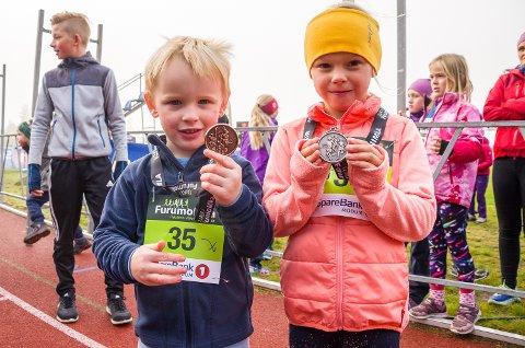 FORNØYDE: Kjersti (5) og Sverre (3) Bjerkerud Torgersen viser fram medaljen for fulført Minimil.