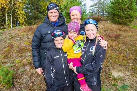FAMILIEN BJERREGAARD: Pappa Eirik og mamma Katrine bak. Kristiane (12) holder Martine (2), mens Amund (9) støtter opp.