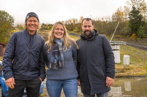 GLEDER SEG TIL VINTER: Anders Backe (f.v.), Mette Grøterud, leder i VASK og Lars Hæhre, leder i Modum skisenter er klare for en ny sesong, med nytt pågangsmot og stor iver i alle ledd av organisasjonen.