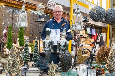 VENTER PÅ JUL: Geir Garås viser fram diplomet, som sier at butikken hans var beste Jernia i september. Nå ser han fram til at julehandelen kommer i gang for alvor. Enn så lenge er juleutstillingen i butikken av det lille slaget.