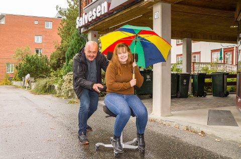 KLARE FOR Å FLYTTE: Redaktør Knut Bråthen tar med seg journalist Henriette Iversen og ruller kontorstolen ut av Salvesengården. I februar er Bygdeposten på plass i nye lokaler i Fjordbyen Atrium.