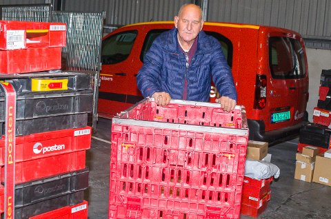 STÅR PÅ: Distribusjonsleder Jørgen Kastås flytter enda en pall med post til bilen den i dag skal være med. Etter flyttingen i helgen foregår det hele under tak.