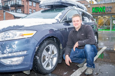 GODT SKODD: Rune Sønju våknet til snø tirsdag, og har fått vinterdekk på bilen.