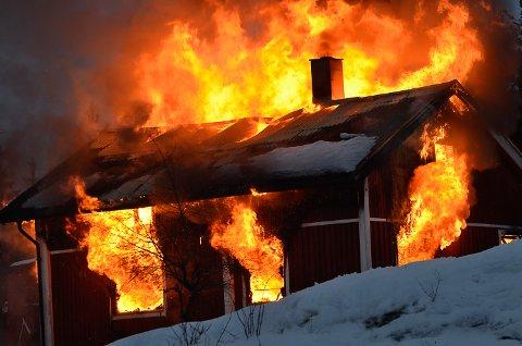 ØVELSE: Brannvesenet i Modum skal øve på røykdykking og tenner på et hus i Gamle Kirkevei i Vikersund torsdag. Dette bildet er hentet fra en øvelse på Simostranda i fjor.