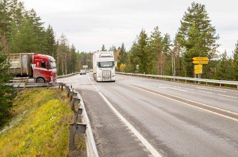 GÅR HERFRA: Tanken er at tilførselsveien til industrien skal gå her fra Katfoss og parallelt med rv. 35 bort til Splitkon.