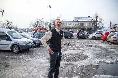 FULLT: Butikksjef Lars Petter Herseth må konstatere at det nok en dag er fullt på parkeringsplassen utenfor butikken nord i Vikersund sentrum.
