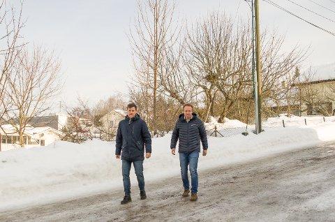 BYGGEKLARE: Petter Tangen (t.v.) og Reier Andre Sønju hos Varp Eiendom er klare til salgs- og byggestart for Solhøi i Åmot.