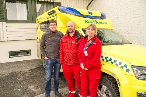 ALLTID PARAT: Stasjonssjef Kent Espen Sandsbråten, Lars Fidjestøl og Anne Furustad er klare for å rykke ut, fra Tyrifjord hotell i Vikersund.