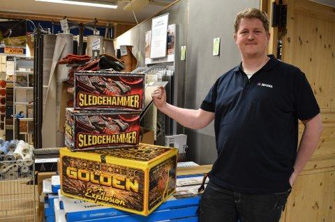 SNART FEST: Omsetningen for de lokale butikkene gjør et hopp i forbindelse med Raw Air finalen. Helge Kvaase hos Jernia gleder seg til å tenne opp fyrverkeriet.