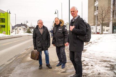 INGEN SVAR: Kjell Tore Finnerud (f.v.), Olav Skinnes og Ståle Versland måtte gå fra fylkeshuset i Drammen uten svar om hvor Statens Vegvesen ser for seg ny riksvei 35.