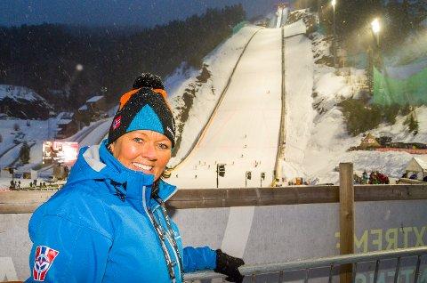 HÅPER PÅ FAMILIEFEST: Til tross for en dårlig værmelding, håper skiflygingspresident Wenche Backe at mange møter fram i skiflygingsbakken søndag.