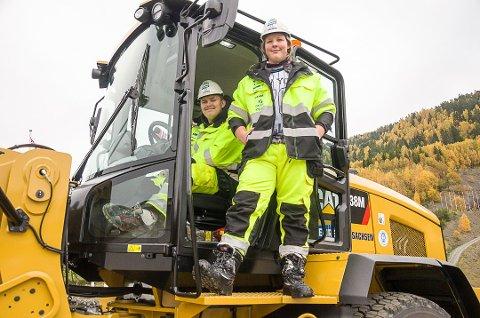 HISTORISKE: Thomas René Kortnes (t.v.) og Nikolai Søderlund Øygard er to av de som har fått jobb etter å ha deltatt i et prosjekt i Vikersund hoppsenter der man kombinerer arbeid og noe skole.