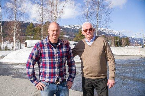 ØNSKES VELKOMMEN: Bjørn Kristian Bråten (t.v.) ønskes velkommen til Bygdelista av Knut Martin Glesne. De to er henholdsvis andre- og førstekandidat til høstens valg.