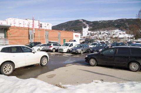 TRANGT: Det er stadig trangt om plassen for den som ønsker å parkere utenfor Spar i Vikersund.