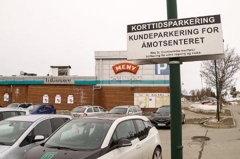 KORTIDSPARKERING: Ved Åmotsenteret har det i flere år vært skiltet kortidsparkering. Det har god effekt, ifølge Jon Hovland.