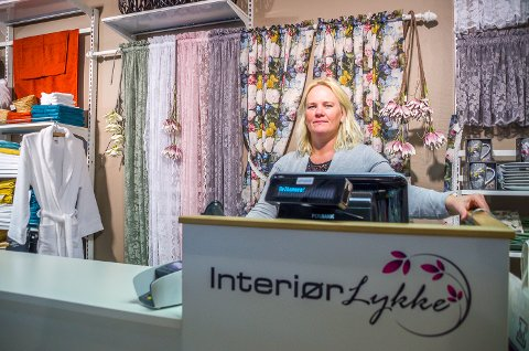 FORNØYD: Merete Jellum er strålende fornøyd med det nye navnet på butikken sin – Interiørlykke