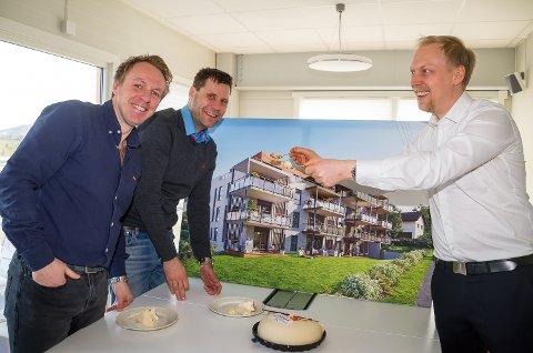KAKEFEST: Reier Andre Sønju (f.v.), og Petter Tangen hos Varp Eiendom mates med kake av Eiendomsmegler Wiggo Smedberg, etter at en voldsom salgsboom har ført til at prosjektet er klart for byggestart.