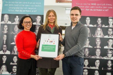 PRISFEST: Nasjonal kampanjeleder hos Verdensdagen for psykisk helse Le Hang Duong (f.v.) delte ut kreativitetspris til fotograf Nina Djærff og leder hos Rask psykisk helsehjelp Jone Solberg.