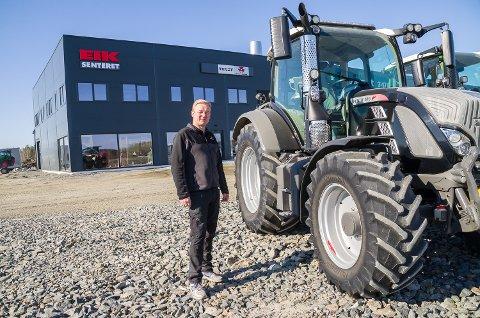 PÅ PLASS: Trond Thorseth er på plass med traktorer og utstyr utenfor det nye Eik-senteret i Vikersund. Snart kommer også asfalten.