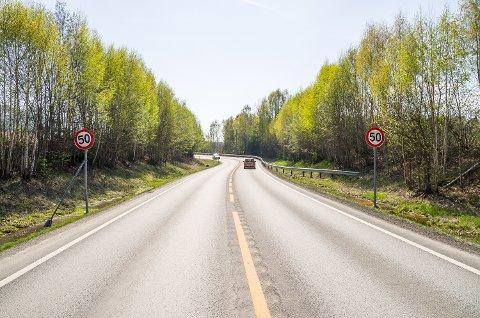 STOPP: Med 50-sone og en krapp sving slutter «motorveien» i Åmot. Hvor skal den egentlig fortsette? Traséavklaringen lar vente på seg.