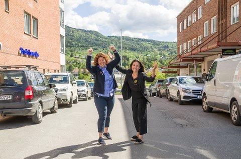 KLARE FOR FEST: Mette Weggersen og Kjersti Marie Drolsum er klare for fest og har tatt oppstilling mellom Brogården og Fjordgården, hvor Plumbo 31. august vil stå på scenen under Vikersunddagen.