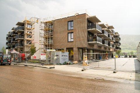 IKKE BRUKSTILLATELSE: Torsdag ble det delt ut nøkler til noen av leilighetene i Fjordbyen, uten at det foreligger midlertidig brukstillatelse. Bildet er tatt 6. juni.