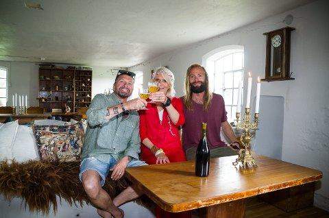 INNVIELSESSKÅL: Linda Røed og forloveden Kenneth Malmsten (t.v.) tar en skål i de nyoppussede fjøset. På plass for å være md på begivenheten er også Arnvid Eriksen.