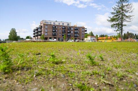 FORTSETTER BYGGINGEN: Fjordbyen atrium nær sagt skinner i sola. På tomta i forkant av bildet venter neste byggetrinn, hvor det allerede neste år kan bli byggeaktivitet og etter hvert 15-20 leiligheter.