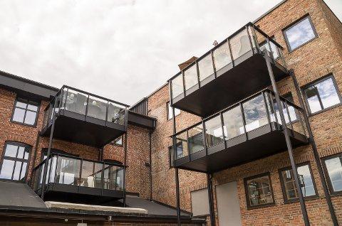 FYLLES OPP: Stadig flere balkonger i Strandpromenaden fylles med møbler. Bare den siste uken er tre leiligheter solgt, og onsdag kom nok et bud.