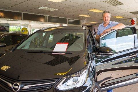 TRIST: Daglig leder og eier Ivar Skretteberg synes det er trist at Hokksund Auto etter 50 år vil miste nybilsalg av Opel.