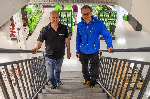PÅ VEI OPP: Jan Vegard Brenna og Dag André Lund ved Snarum Bygg sikter oppover, både i form av butikk med to etasjer og i form av vekst for «nye» Snarum Bygg.