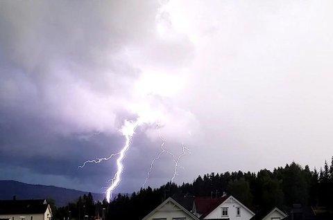 UVÆR: Om det begynner å lyne og tordne bør man trekke ut støpselet av elektriske apparater.