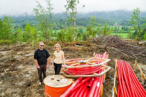 GOD UTSIKT: Svein Indresæter og Anne Karin Bøhn er klare for å legge åtte tomter ut for salg på Simostranda. Fire av tomtene er allerede tinget bort.