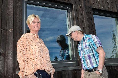 HÆRVERK: – Vandaler har i helgen knust dette vinduet og flere andre glassruter er påført skader, sier en oppgitt Aina Susan Plassen. Knut Olav Thorset konstaterer her ved selvsyn at vinduet må byttes på grunn av det meningsløse hærverket ved barnehagen.