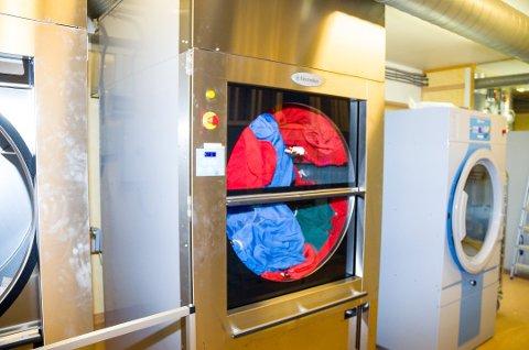 STORE MENGDER: Det nye vaskeriet på Modum ASVO er bygget for å ta unna store mengder skittentøy. Nå skal de også vaske for Modumheimen.