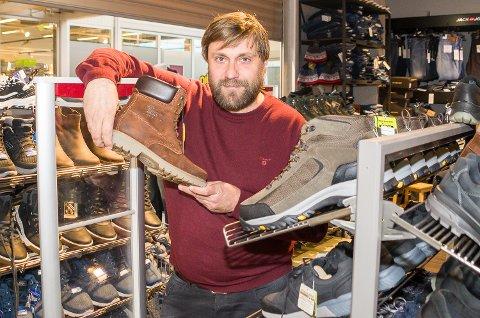 FORNØYD: Dag Frode Lobben ved Herreavdelingen i Åmot er godt fornøyd med de økonomiske resultatene og utviklingen for butikken – særlig etter at de startet med salg av sko.