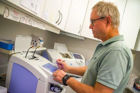 JOBBER HARDT: Trond Weggersen finjusterer en kundes brille. Slik har han holdt på i mange år, og jobbet mange timer i uka.