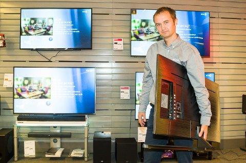 SER FRAMOVER: David Løver furter ikke over nesten en halv million i minus i fjor. Han ser i stedet framover, og forbereder en ombygging av butikken for å møte nye tider i den tøffe elektronikkbransjen.