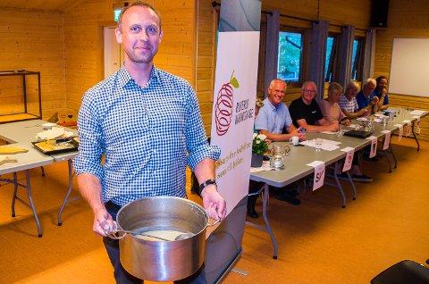 FOR MYE MAT: Dårlig oppmøte gjør at Jon Eystein Lund kan servere suppe på sine ansatte i Buskerud Næringshage i morgen. Det var nemlig mye suppe igjen etter den politiske debatten på Nerstad tirsdag.