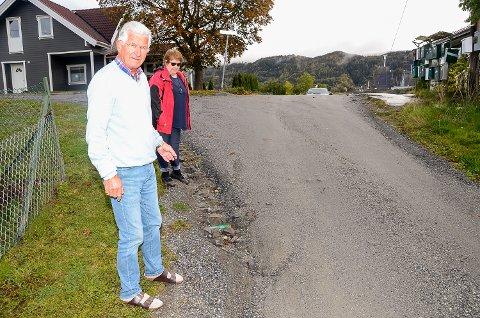 KRITISKE: Det ikke lett å se bilen som kommer over kulen i Blåbærsvingen. Sjødin og Bråthen sier sikkerheten ikke er blitt bedre etter at regnværet i juli skylte unna deler av den allerede smale kommunale veien. De krever nå at kommunen utbedrer veien deres.