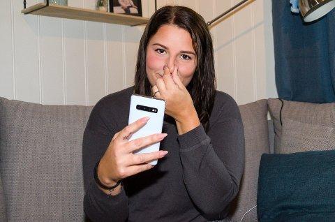 HOLDER SEG FOR NESA: Linn Kristin Tenmann-Hansen holder seg for nesa – først og fremst til ære for fotografen – mens hun bruker telefonen.
