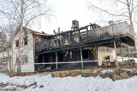 BRANN: Bufetats ungdomssenter på Ilaug i Geithus ble totalskadd i brann 1. nyttårsdag, og en 17-åring er i etterkant siktet for å ha tent på barnevernsinstitusjonen.